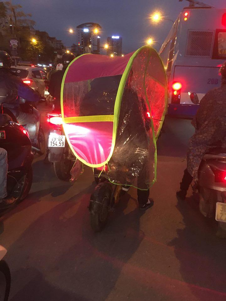 Chùm ảnh: Người dân Hà Nội khoác cả chăn bông, mặc áo mưa xuống phố để tránh rét - Ảnh 14.