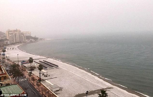 Lạnh đến khó tin: Cả thiên đường nghỉ dưỡng giờ ngập trong tuyết trắng dưới thời tiết khắc nghiệt - Ảnh 1.
