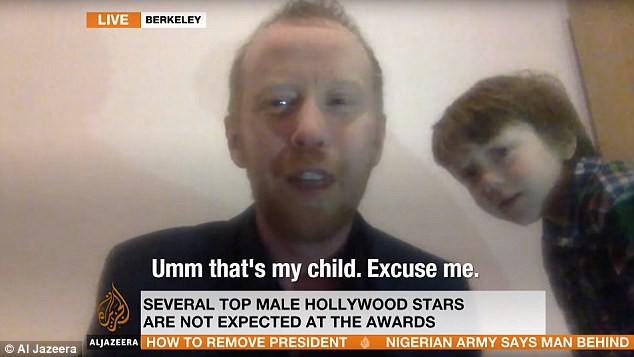 Mặc bố trả lời phỏng vấn nghiêm túc, con trai 5 tuổi đứng phía sau đùa nghịch thả phanh, còn tham gia phỏng vấn cùng - Ảnh 2.
