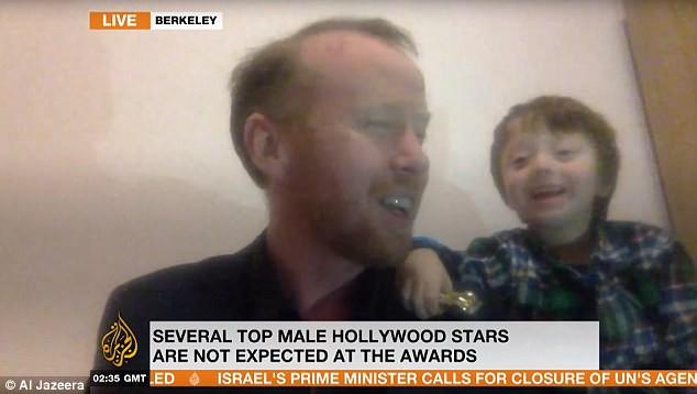 Mặc bố trả lời phỏng vấn nghiêm túc, con trai 5 tuổi đứng phía sau đùa nghịch thả phanh, còn tham gia phỏng vấn cùng - Ảnh 4.