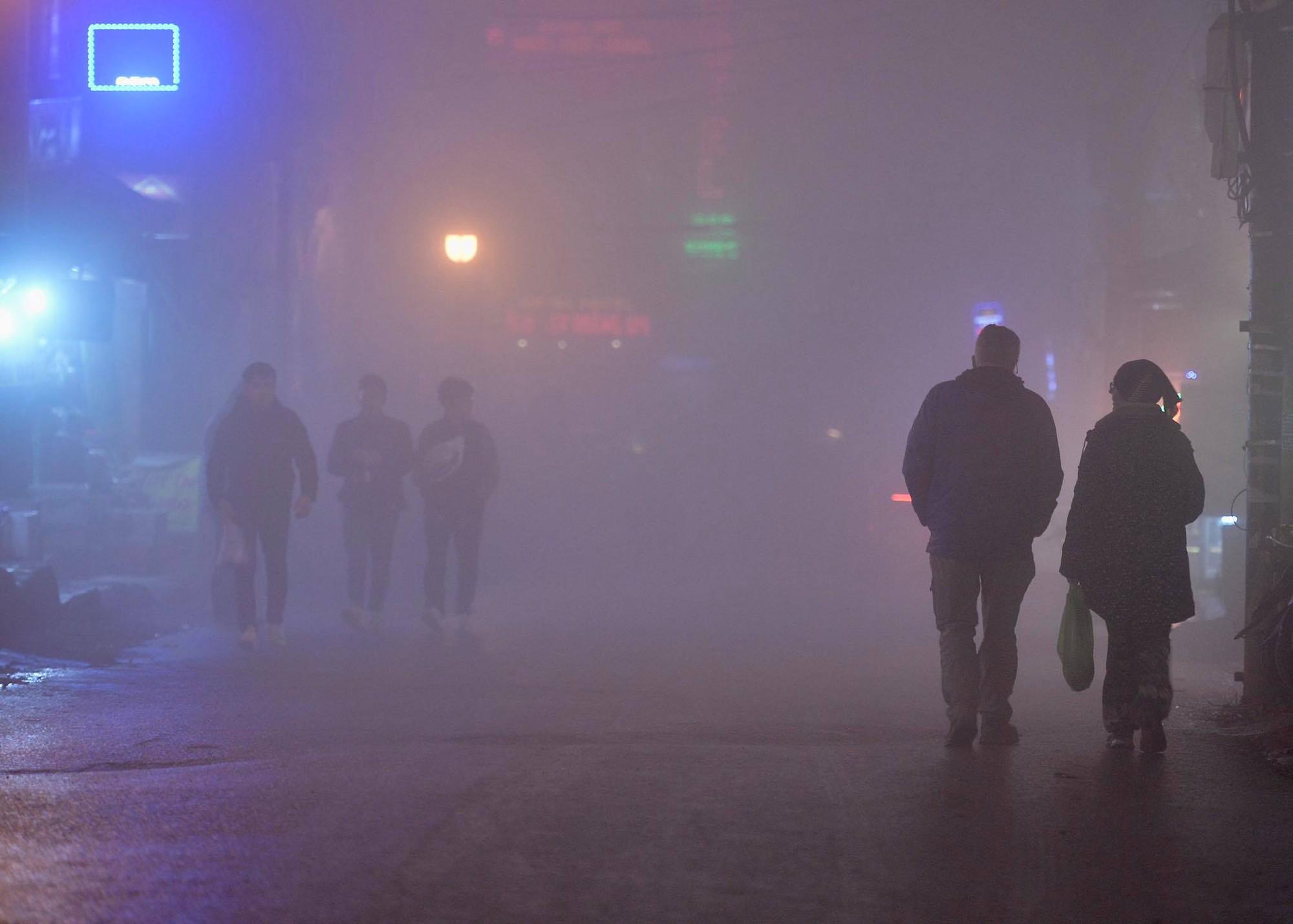 Chùm ảnh: Cả thị trấn Sapa chìm trong sương mù dưới cái rét 4 độ C - Ảnh 1.