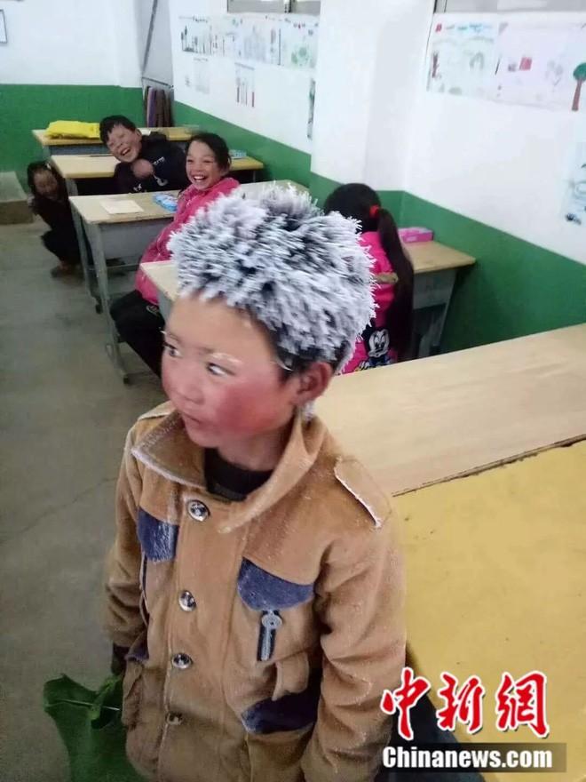 2bd325ec8cc Bức ảnh cậu bé Trung Quốc tóc đông đá đi bộ 5km tới trường dưới trời ...