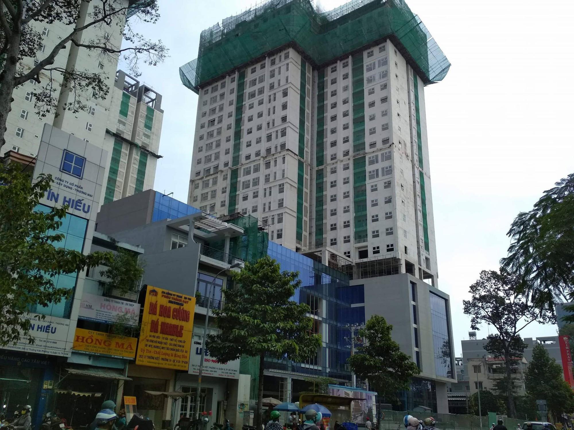 Thanh sắt được cho là rơi từ công trình xây dựng cao tầng của dự án tổ hợp cao ốc Xi Grand Court.