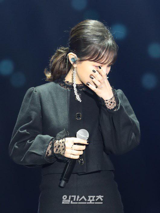 Taeyeon khóc khi Lee Hi không thể hoàn thành màn biểu diễn tưởng nhớ Jonghyun - Ảnh 1.