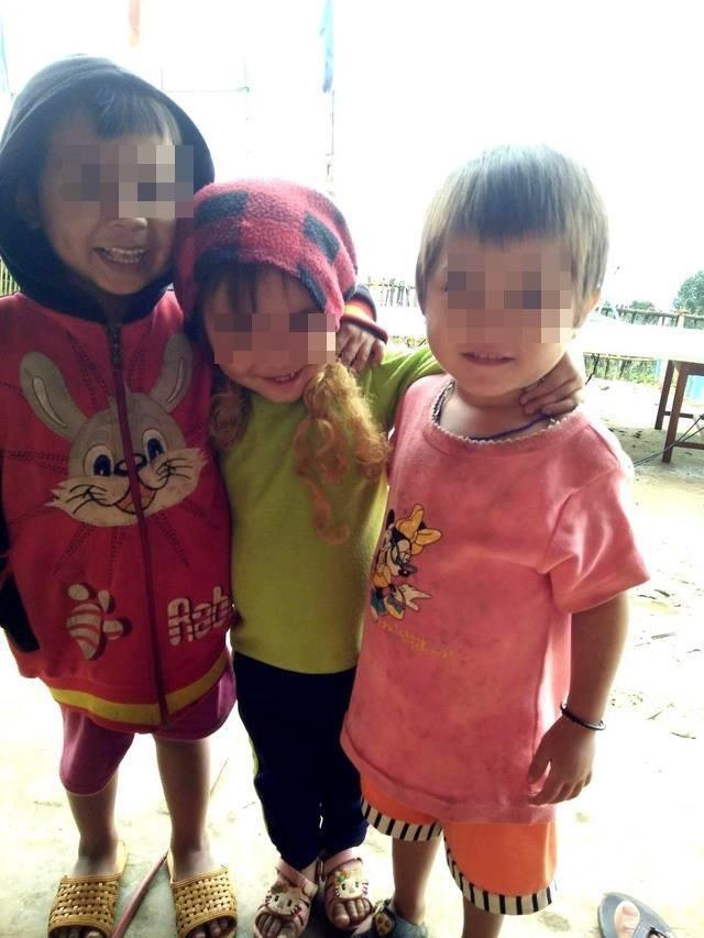 Buốt lòng nhìn cảnh trẻ em vùng cao không đủ quần áo trong cái lạnh tái tê - Ảnh 1.