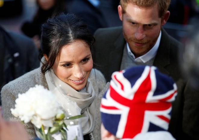 Ngoài nhẫn đính ước, hôn thê của hoàng tử Harry còn đeo ba chiếc nhẫn đặc biệt tiết lộ phần nào về tính cách của cô - Ảnh 1.