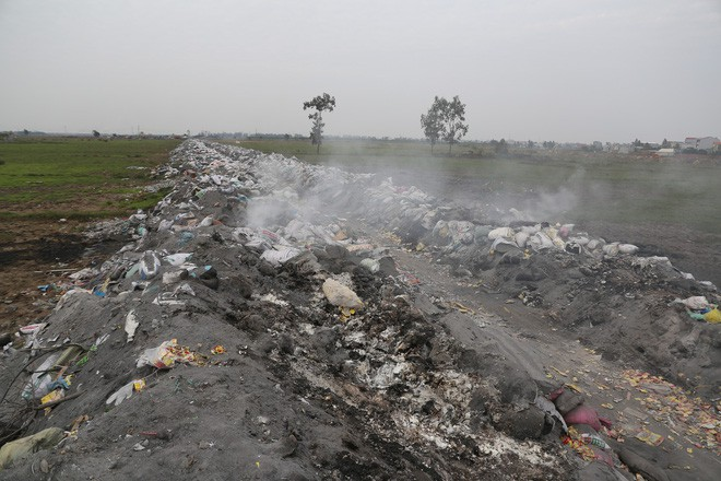 Ám ảnh bãi phế liệu kín cả cánh đồng tại nơi xảy ra vụ nổ ở Bắc Ninh - Ảnh 2.