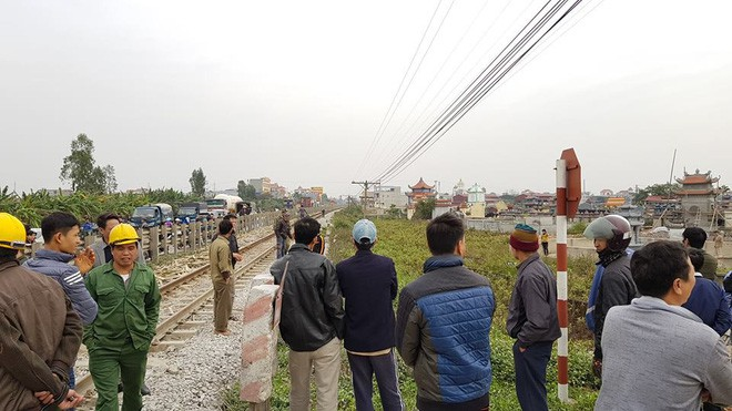 Băng qua đường sắt không quan sát, đôi nam nữ bị tàu hỏa đâm tử vong - Ảnh 1.