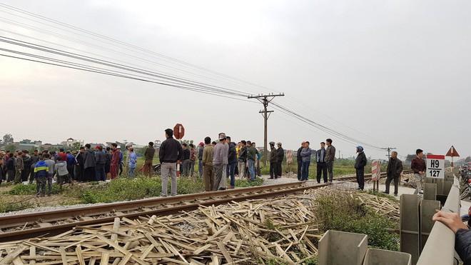 Băng qua đường sắt không quan sát, đôi nam nữ bị tàu hỏa đâm tử vong - Ảnh 2.