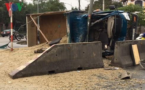 Xe tải húc vào lan can, 3 người bị thương nặng - Ảnh 1.