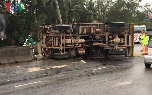 Xe tải húc vào lan can, 3 người bị thương nặng - Ảnh 2.