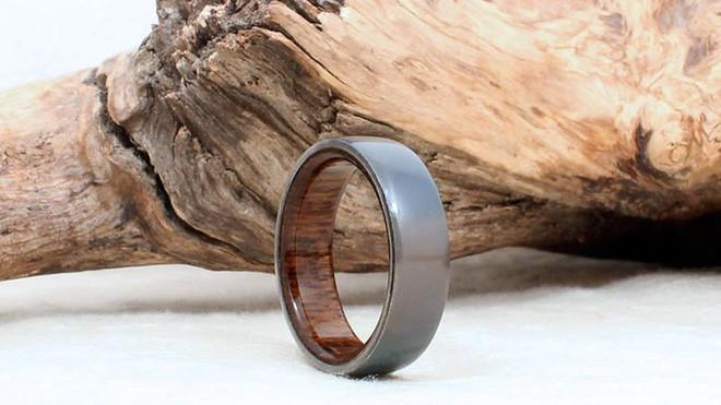 Nhìn tầm thường nhưng chiếc nhẫn này làm từ chiếc máy bay từng tung hoành trên trời cao - Ảnh 2.