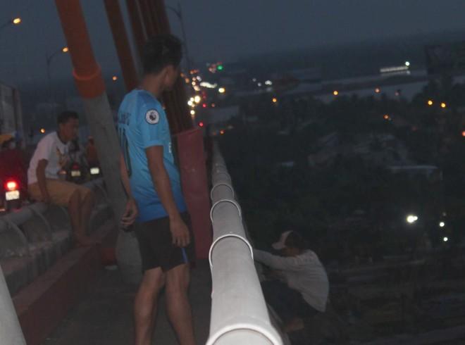 Cảnh sát giải cứu thanh niên ngáo đá đòi nhảy cầu Rạch Miễu - Ảnh 1.