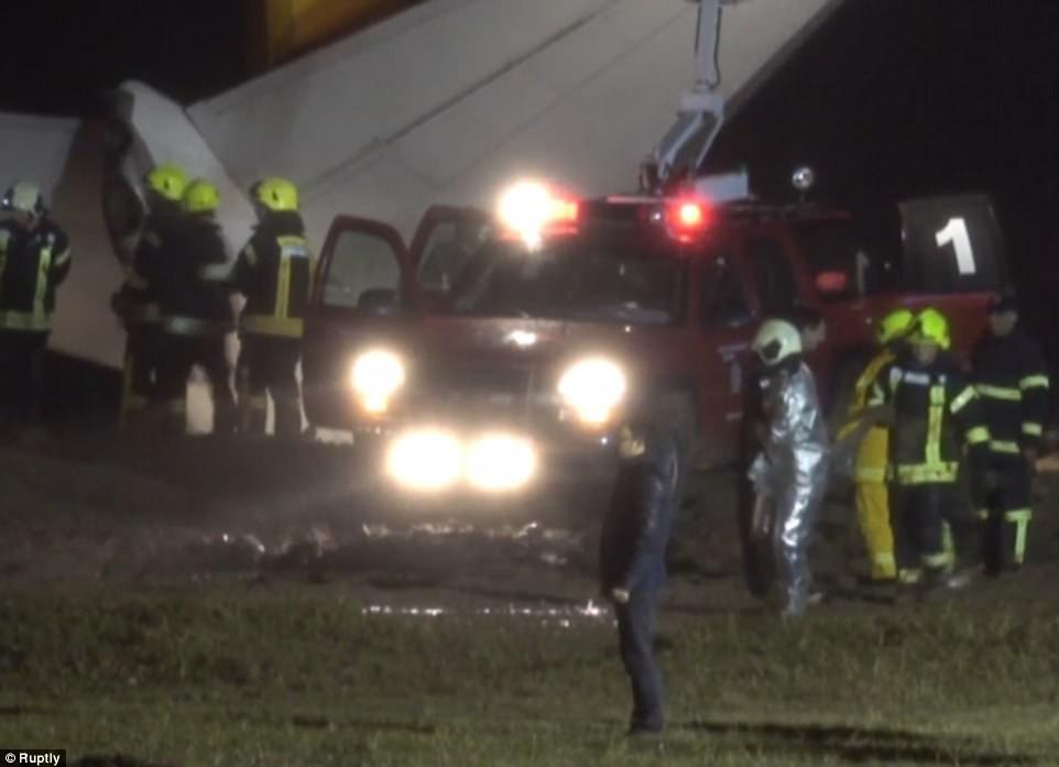 Máy bay lao thẳng xuống biển sau khi hạ cánh, 168 người sống sót an toàn, tránh được thảm kịch hàng không - Ảnh 9.