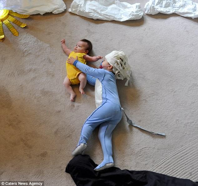 Tranh thủ lúc con ngủ, bố mẹ dàn dựng những cảnh phim kinh điển và tạo nên bộ ảnh siêu thú vị - Ảnh 2.