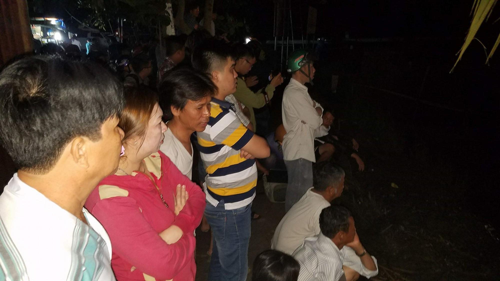 Người dân tập trung theo dõi vụ việc
