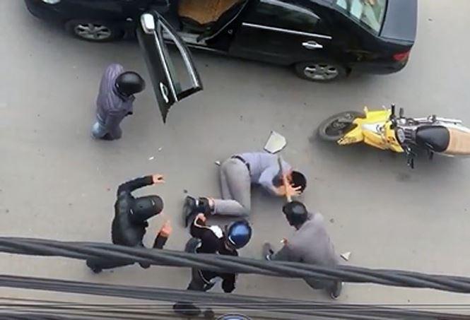 Lộ nguyên nhân vụ tài xế bị lôi khỏi ô tô, đánh dã man trên đường - Ảnh 2.
