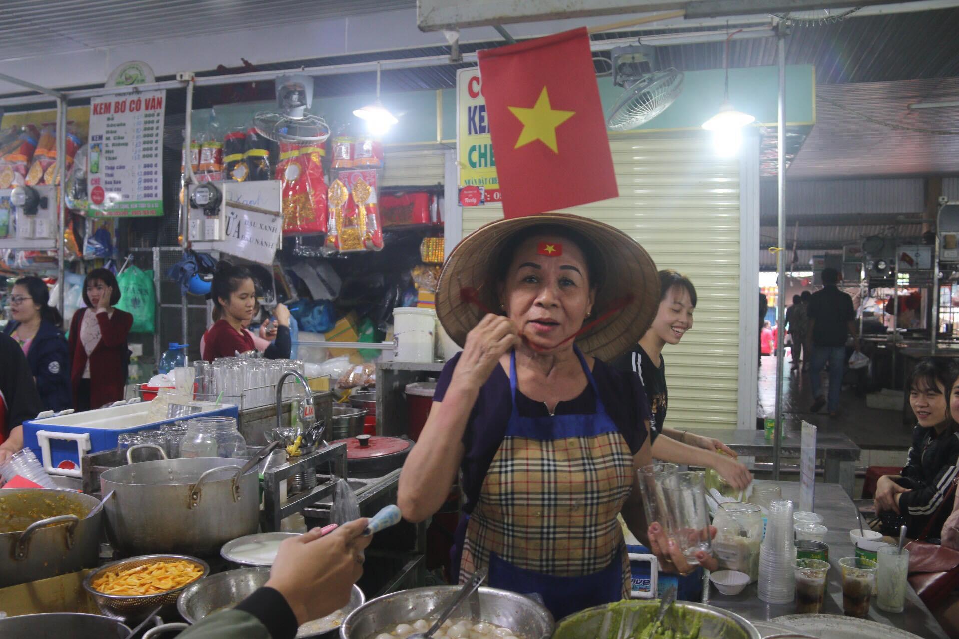 Tiểu thương Đà Nẵng treo quốc kỳ khắp chợ, nghỉ bán sớm để cổ vũ cho đội tuyển U23 Việt Nam - Ảnh 3.