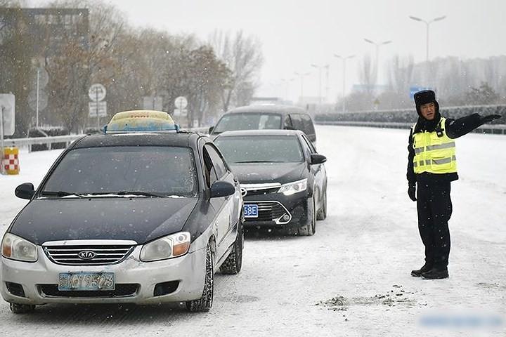 Ảnh: Trung Quốc chống chọi với tuyết lạnh rơi dày cản trở giao thông - Ảnh 11.