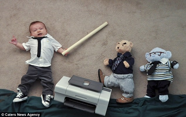 Tranh thủ lúc con ngủ, bố mẹ dàn dựng những cảnh phim kinh điển và tạo nên bộ ảnh siêu thú vị - Ảnh 11.