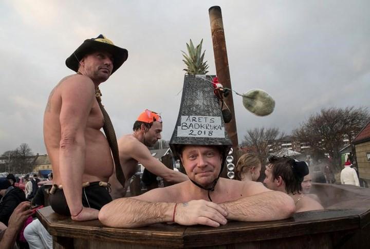 Ảnh: Màn tắm nước lạnh rùng người đầu năm mới ở hàng loạt nước Âu-Mỹ - Ảnh 12.