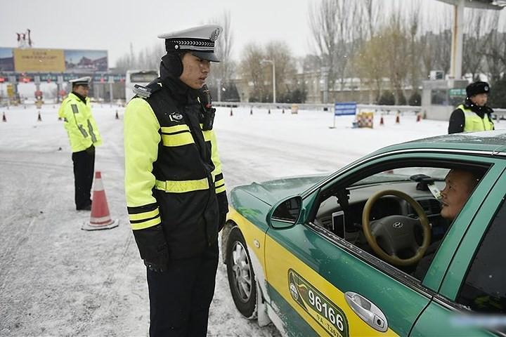 Ảnh: Trung Quốc chống chọi với tuyết lạnh rơi dày cản trở giao thông - Ảnh 12.