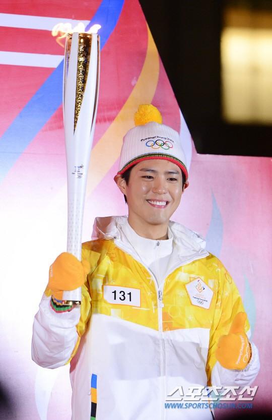 Lóa mắt trước dàn sao hạng A rước đuốc chào Thế vận hội mùa đông 2018: Hết nữ thần lại đến nam thần hội tụ - Ảnh 16.