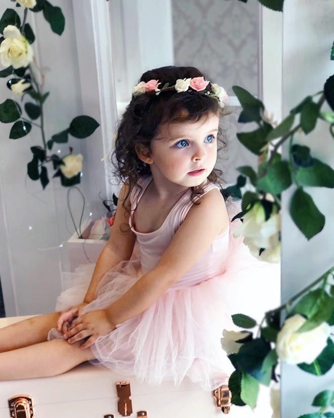 Cuộc sống xa xỉ của bé gái đẹp tựa thiên thần với tủ đồ hiệu mà mọi người lớn phải mơ ước - Ảnh 13.
