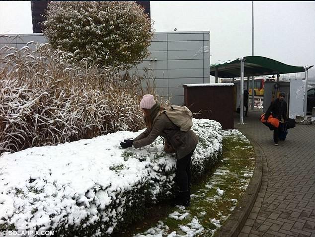 Lạnh đến khó tin: Cả thiên đường nghỉ dưỡng giờ ngập trong tuyết trắng dưới thời tiết khắc nghiệt - Ảnh 7.
