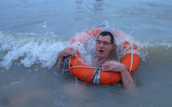 Ảnh: Màn tắm nước lạnh rùng người đầu năm mới ở hàng loạt nước Âu-Mỹ - Ảnh 14.