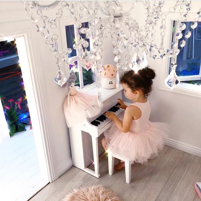 Cuộc sống xa xỉ của bé gái đẹp tựa thiên thần với tủ đồ hiệu mà mọi người lớn phải mơ ước - Ảnh 14.