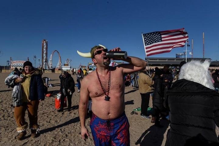 Ảnh: Màn tắm nước lạnh rùng người đầu năm mới ở hàng loạt nước Âu-Mỹ - Ảnh 17.