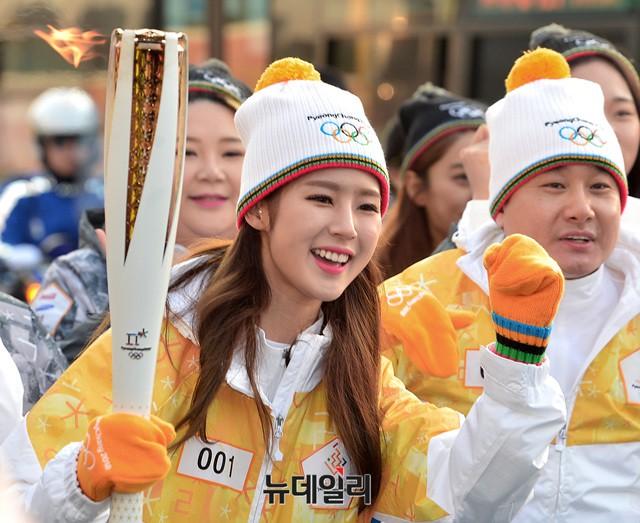 Lóa mắt trước dàn sao hạng A rước đuốc chào Thế vận hội mùa đông 2018: Hết nữ thần lại đến nam thần hội tụ - Ảnh 21.