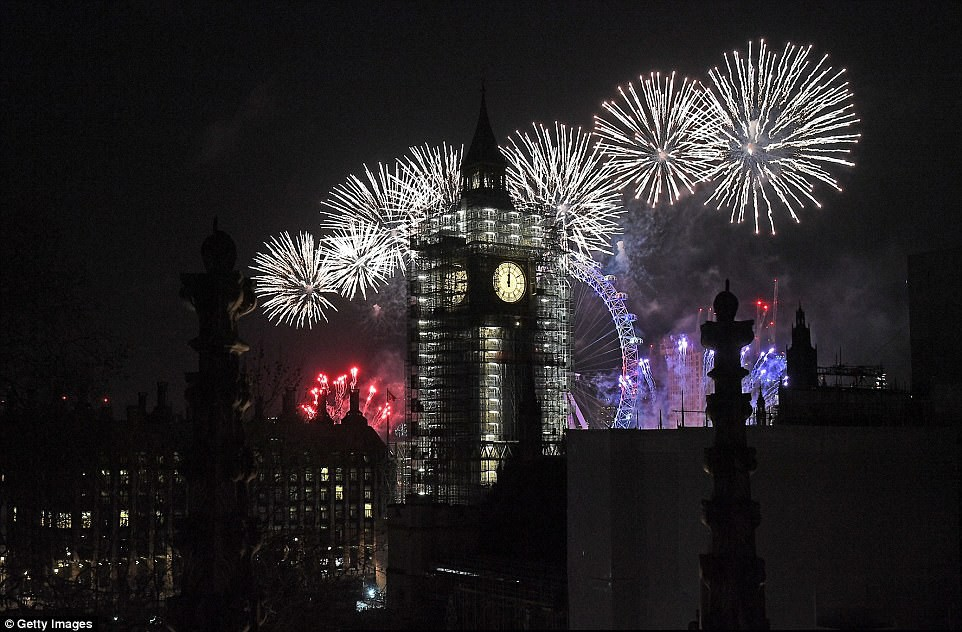 Chùm ảnh: Năm mới 2018 hân hoan trên toàn châu Âu, bầu trời London, Paris ngập tràn pháo hoa rực rỡ - Ảnh 10.