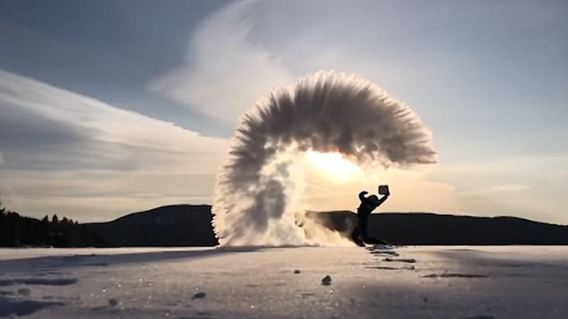 24h qua ảnh: Nước đóng băng ngay trên không trong đợt lạnh kỷ lục ở Canada - Ảnh 3.
