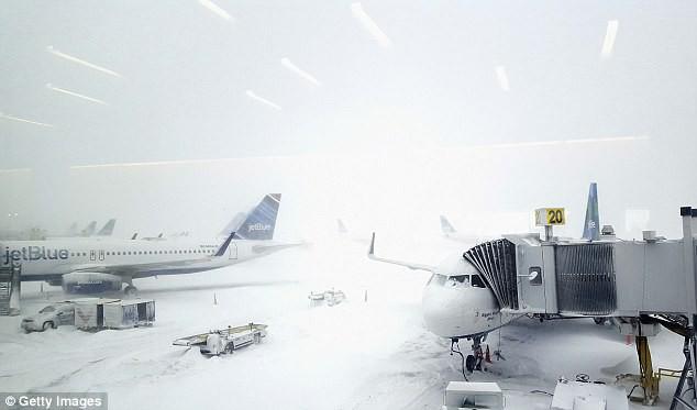Cảnh tượng kinh hoàng ngày nước Mỹ chìm trong bom bão tuyết: Sân bay phủ tuyết trắng, hơn 4,000 chuyến bay bị hủy - Ảnh 3.