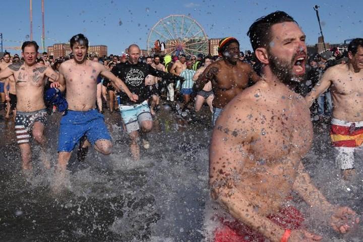 Ảnh: Màn tắm nước lạnh rùng người đầu năm mới ở hàng loạt nước Âu-Mỹ - Ảnh 3.
