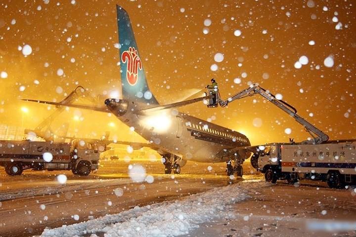 Ảnh: Trung Quốc chống chọi với tuyết lạnh rơi dày cản trở giao thông - Ảnh 3.