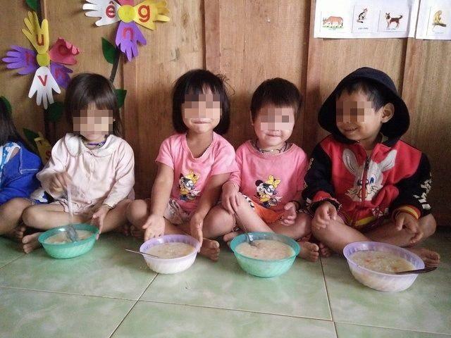 Buốt lòng nhìn cảnh trẻ em vùng cao không đủ quần áo trong cái lạnh tái tê - Ảnh 3.