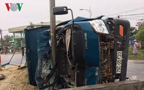 Xe tải húc vào lan can, 3 người bị thương nặng - Ảnh 3.