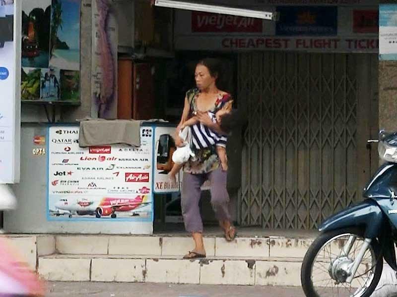 Cận cảnh mẹ ẵm con ăn xin, hít ma túy ở khu phố Tây - Ảnh 3.