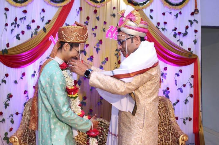 Đám cưới của chàng trai gốc Việt với bạn trai theo phong cách truyền thống Hindu gây nức lòng cộng đồng LGBT - Ảnh 2.