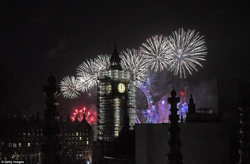 Chùm ảnh: Năm mới 2018 hân hoan trên toàn châu Âu, bầu trời London, Paris ngập tràn pháo hoa rực rỡ - Ảnh 4.