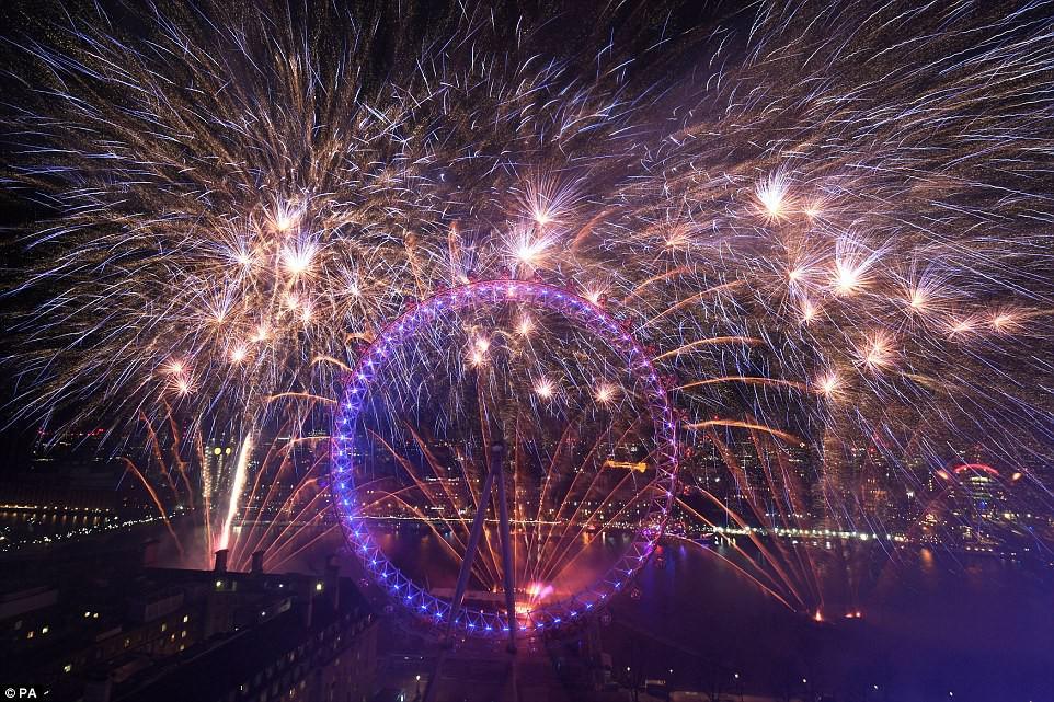 Chùm ảnh: Năm mới 2018 hân hoan trên toàn châu Âu, bầu trời London, Paris ngập tràn pháo hoa rực rỡ - Ảnh 11.
