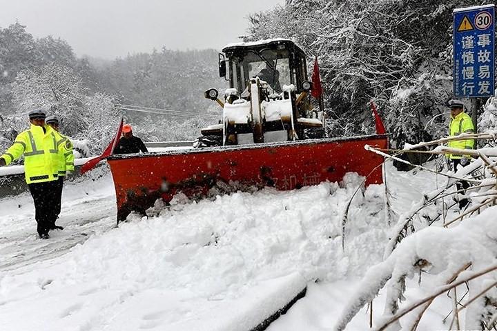 Ảnh: Trung Quốc chống chọi với tuyết lạnh rơi dày cản trở giao thông - Ảnh 4.
