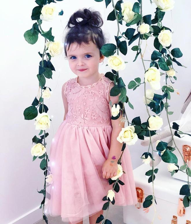 Cuộc sống xa xỉ của bé gái đẹp tựa thiên thần với tủ đồ hiệu mà mọi người lớn phải mơ ước - Ảnh 4.