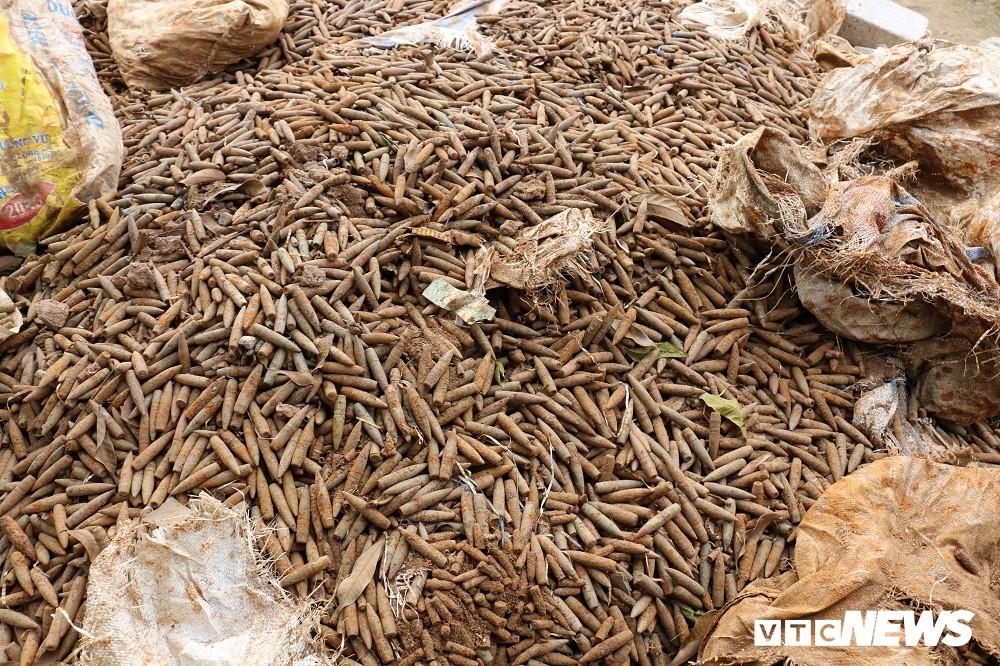 Cận cảnh gần 6 tấn đầu đạn trong vườn nhà dân ở Hưng Yên - Ảnh 4.