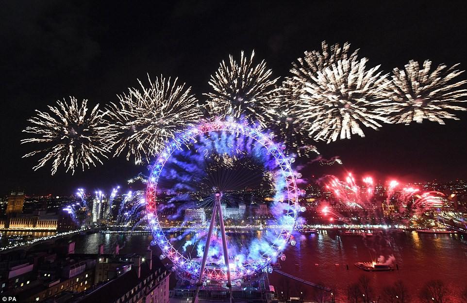Chùm ảnh: Năm mới 2018 hân hoan trên toàn châu Âu, bầu trời London, Paris ngập tràn pháo hoa rực rỡ - Ảnh 5.