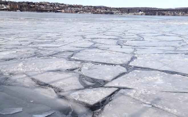 24h qua ảnh: Nước đóng băng ngay trên không trong đợt lạnh kỷ lục ở Canada - Ảnh 5.