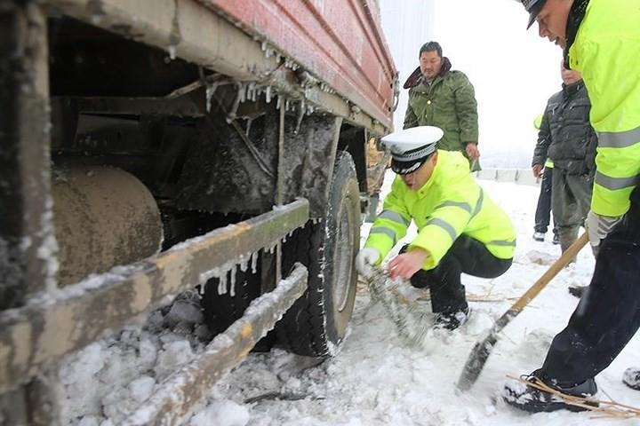 Ảnh: Trung Quốc chống chọi với tuyết lạnh rơi dày cản trở giao thông - Ảnh 5.
